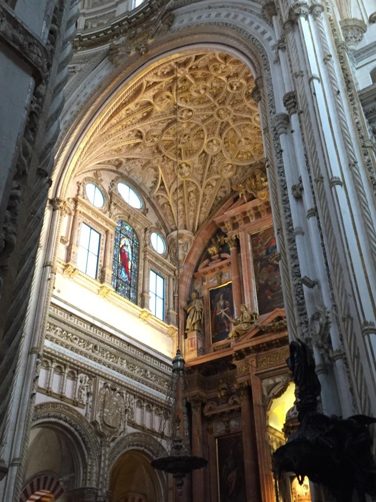 En 1523, contre l'avis de la population, on construit en plein centre de l'ancienne mosquée une cathédrale.