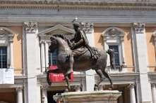 statue et mouette sur la place du capitole
